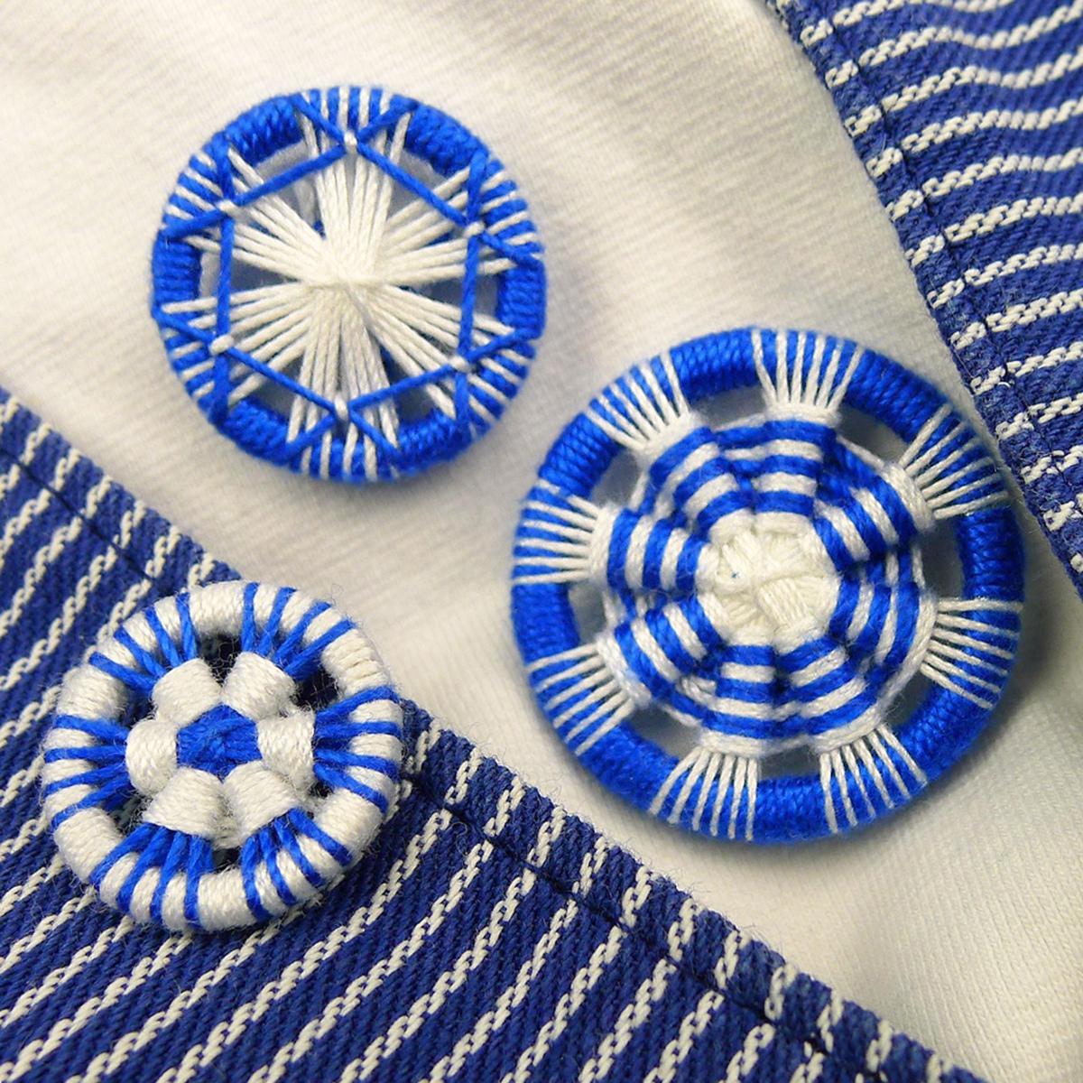 Traditionelle Zwirnknöpfe in Weiß und Blau
