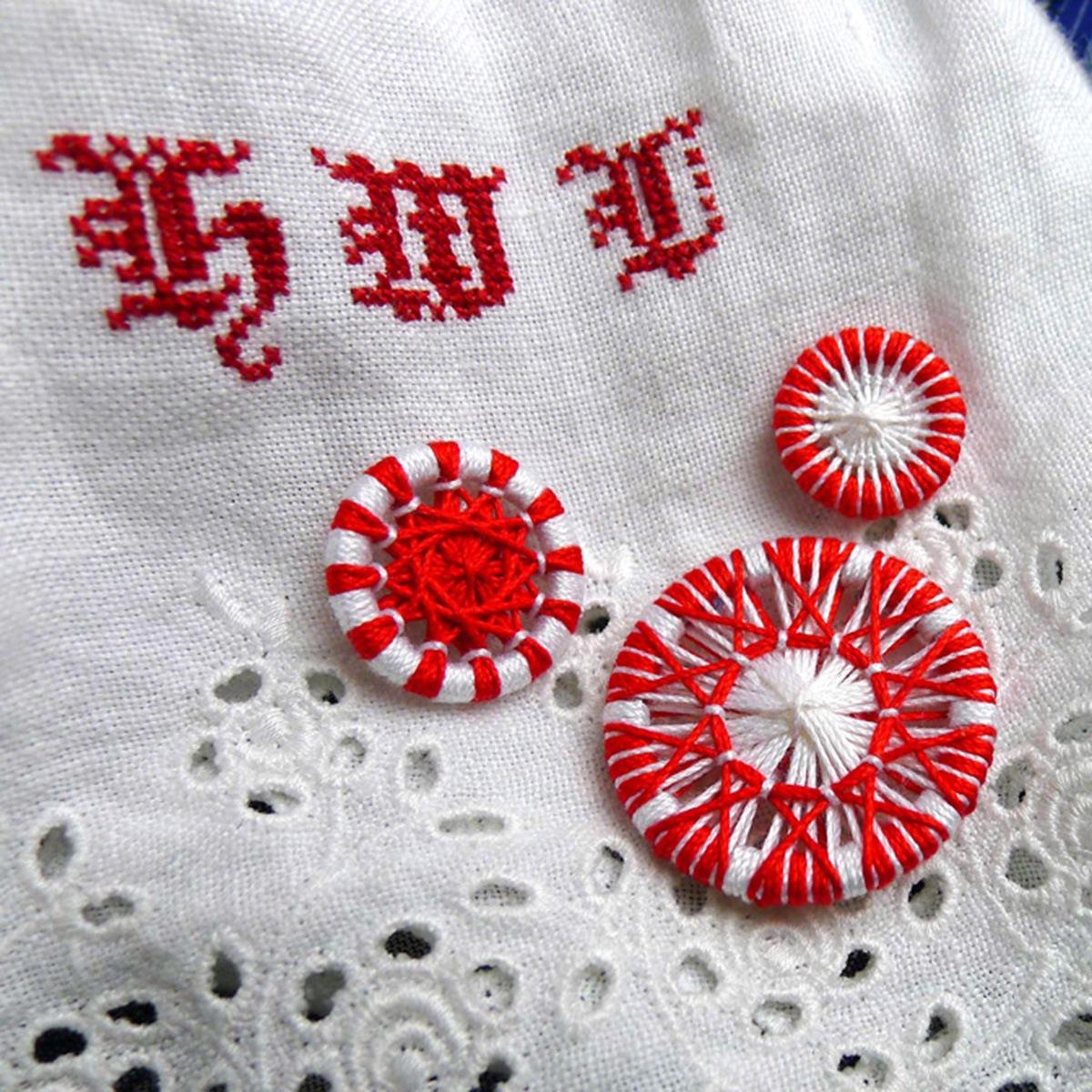 Traditionelle Zwirnknöpfe in Rot und Weiß