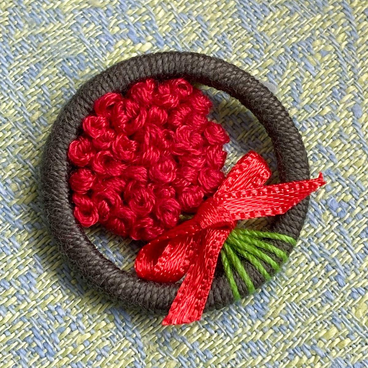 Ein Rosenstrauß im Zwirnknopf